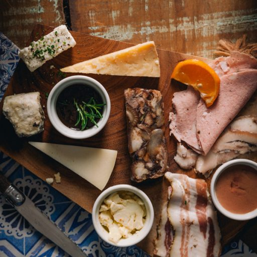 Tábua de queijos e embutidos artesanais